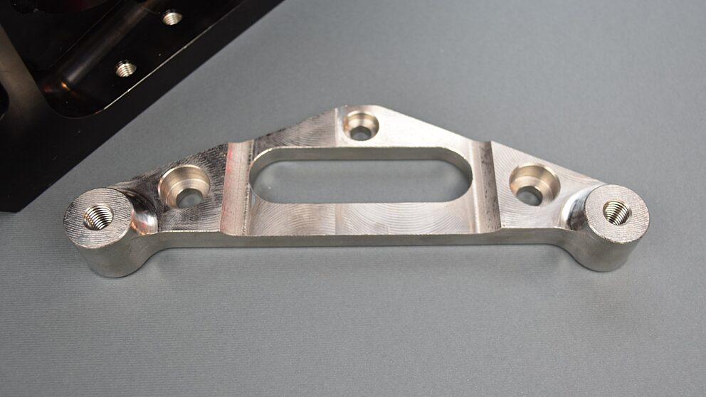 Dettaglio staffa acciaio per pivot 106 Maxi 2